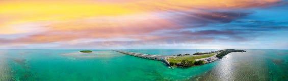 佛罗里达群岛桥梁,美好的日落鸟瞰图 免版税库存图片