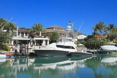 佛罗里达,迈阿密:江边家/小船在Key Biscayne 免版税库存图片