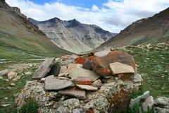 佛经石头,许多的om padme嗡嗡声,西藏的风景 库存图片