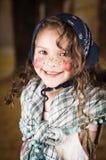 作为一个传统巫婆打扮的甜小女孩 免版税库存照片