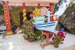 作为一个宗教标志被显示的木小船在Dinh Cau寺庙 免版税库存照片