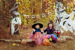 作为一个巫婆打扮的两个女孩为万圣夜 库存图片