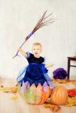 作为一个巫婆打扮的女孩为万圣夜 库存照片