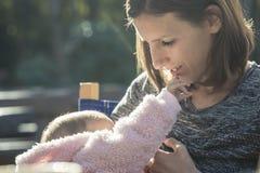 作为一个微小的婴孩的可爱的片刻提供援助  免版税库存图片