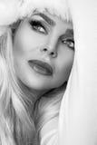 作为一个红色盖帽的圣诞老人穿戴的美好的性感的白肤金发的女性模型 免版税图库摄影