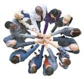 作为一个被团结的小组不同种族的商人 库存图片