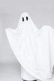 作为一个鬼魂打扮的孩子为万圣夜 免版税库存图片