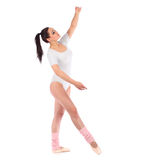 作为一位芭蕾舞女演员打扮的美丽的女孩与 免版税库存照片