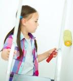 作为一名建筑工人的女孩有漆滚筒的 免版税库存图片