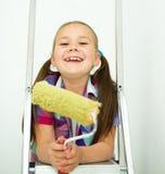 作为一名建筑工人的女孩有漆滚筒的 免版税库存照片