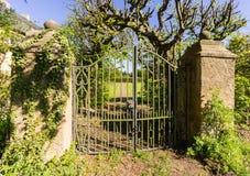 作为一座老城堡一部分的老庭院门 免版税库存照片