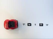 作为一张西姆卡片和一辆红色玩具汽车被模仿的小纸在白色b 库存图片