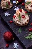 作为一棵圣诞树被塑造的点心用头脑装饰用石榴和莳萝 库存图片