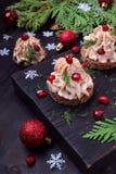 作为一棵圣诞树被塑造的点心用头脑装饰用石榴和莳萝 免版税图库摄影