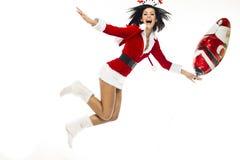作为一白色backgrou的圣诞老人打扮的美丽的少妇 库存照片