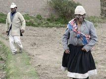 作为丈夫和妻子打扮的两个人,一种古老仪式在地方婚礼执行了在高地Amaru社区 免版税库存图片