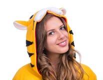 作为与copyspace的一只老虎打扮的女孩 免版税库存图片