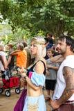 作为与puple的矮子和在人群的白肤金发的斑纹的头发打扮的妇女在Renassiance Faire马斯科吉俄克拉何马5 21 2016年 库存图片
