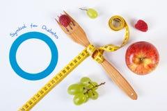作为世界糖尿病天和新鲜水果的标志的蓝色圈子与厘米 库存照片