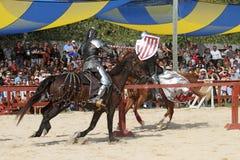 作为中世纪的骑士的演员 免版税库存图片