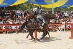 作为中世纪的骑士的演员 免版税库存照片