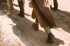 作为二战俄国苏维埃红军士兵穿戴的再enactors沿路前进 WWII WW2时间的战士 库存照片
