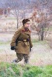 作为二战的俄国苏联士兵穿戴的女演员画象在军事历史重建的在伏尔加格勒 库存照片