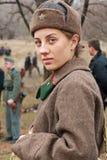 作为二战的俄国苏联士兵穿戴的女演员画象在军事历史重建的在伏尔加格勒 图库摄影