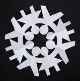 作为人被剪切的纸雪花握他们的现有量 库存图片