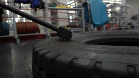 作为他的健身体型健身房训练一部分,命中疲倦与大锤 影视素材