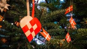 作为传统丹麦圣诞装饰的圣诞节心脏 免版税库存照片