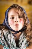 作为传统复活节打扮的甜小女孩 库存照片