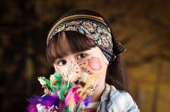 作为传统复活节打扮的逗人喜爱的小女孩 免版税库存照片