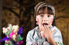 作为传统复活节打扮的逗人喜爱的小女孩 免版税库存图片