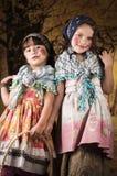 作为传统复活节打扮的逗人喜爱的小女孩 免版税图库摄影