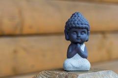 作为佛教宗教护身符使用的小的菩萨雕象图象  与空的空间的凝思概念文本的 免版税库存照片