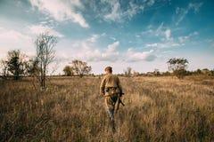 作为俄国苏维埃红军步兵士兵打扮的Reenactor人 免版税库存图片