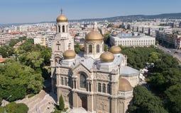 1886作为假定保加利亚大教堂也完成了dormition已知的theotokos瓦尔纳 有金黄圆顶的拜占庭式的样式教会 免版税库存图片
