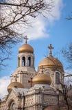 1886作为假定保加利亚大教堂也完成了dormition已知的theotokos瓦尔纳 有金黄圆顶的拜占庭式的样式教会 库存照片