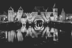 作为入口的中世纪城市门在一条流动的河;eem,在阿莫斯福特荷兰 库存照片