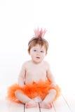 作为公主青蛙打扮的小女孩 免版税库存图片