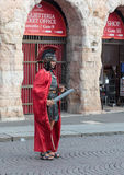 作为军团打扮的一个人站立在广场胸罩 免版税库存图片
