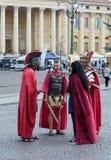 作为军团打扮的四个人站立在广场胸罩 免版税图库摄影