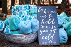 作为冬天婚礼厚待的毯子 免版税库存照片