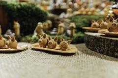 作为冬天装饰销售的一点黏土猪在圣诞节市场上 图库摄影