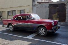 作为出租汽车使用的黑和红色汽车在哈瓦那,古巴 库存照片