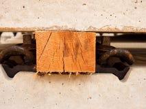 作为分离器的木粱由铲车的安全操作的 具体铁路关系 免版税库存图片