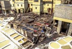 作为制革工人的人工作在皮革皮革厂的染料罐麦地那的, Fes el巴厘岛,在菲斯,摩洛哥 免版税图库摄影