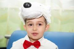 作为北极熊打扮的愉快的小男孩在新年的假日 免版税库存照片