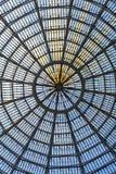 作为半球形的天花板一部分的多个玻璃窗 垂直格式 库存图片